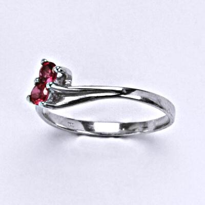 ČIŠTÍN s.r.o Stříbrný prsten se syntetickým rubínem, T 1393 5562